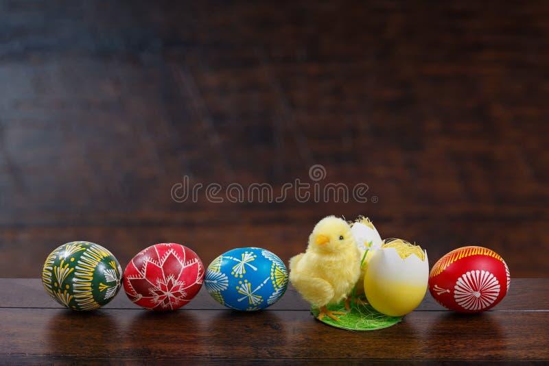 Huevos y polluelo pintados a mano de Pascua imagenes de archivo