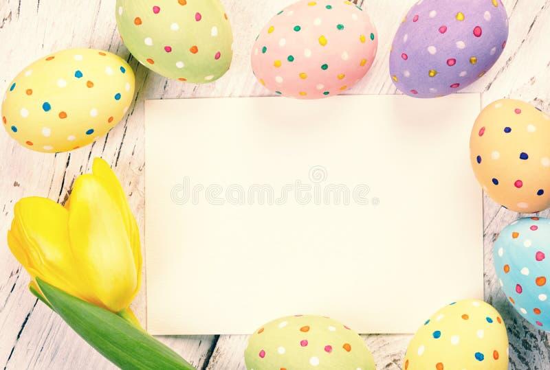 Huevos y tarjeta de Pascua imágenes de archivo libres de regalías