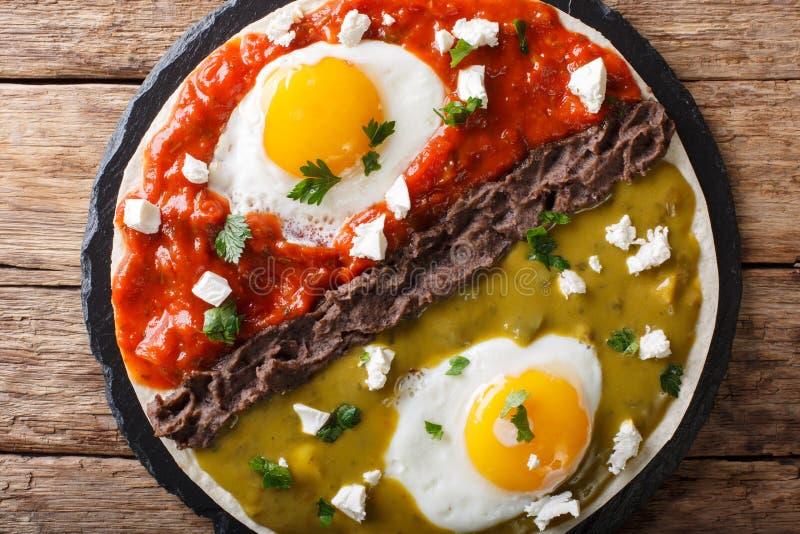 Huevosdivorciados, gebraden eieren op graantortilla's met twee salsas stock foto's