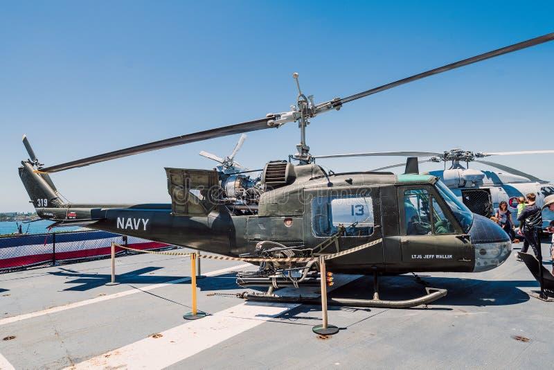 Huey直升机动叶片USS中途航空母舰博物馆圣地亚哥港口加利福尼亚明白夏日 库存照片