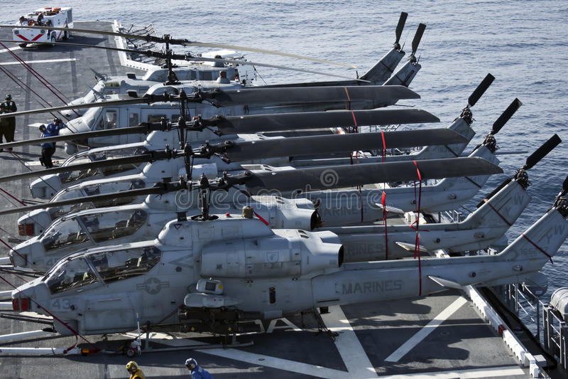Huey e helicópteros da cobra a bordo o USS Peleliu foto de stock royalty free