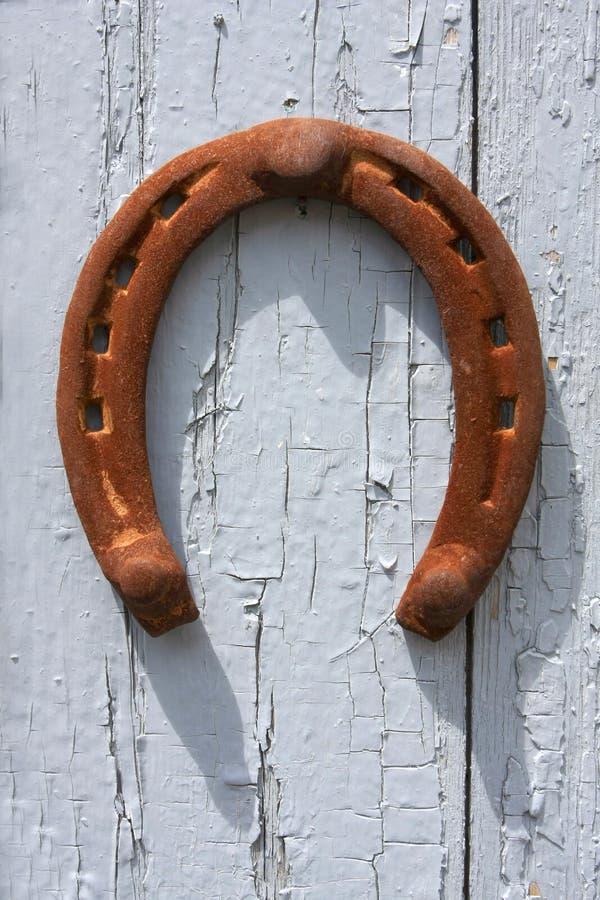 Hufeisen auf der alten Tür lizenzfreies stockfoto