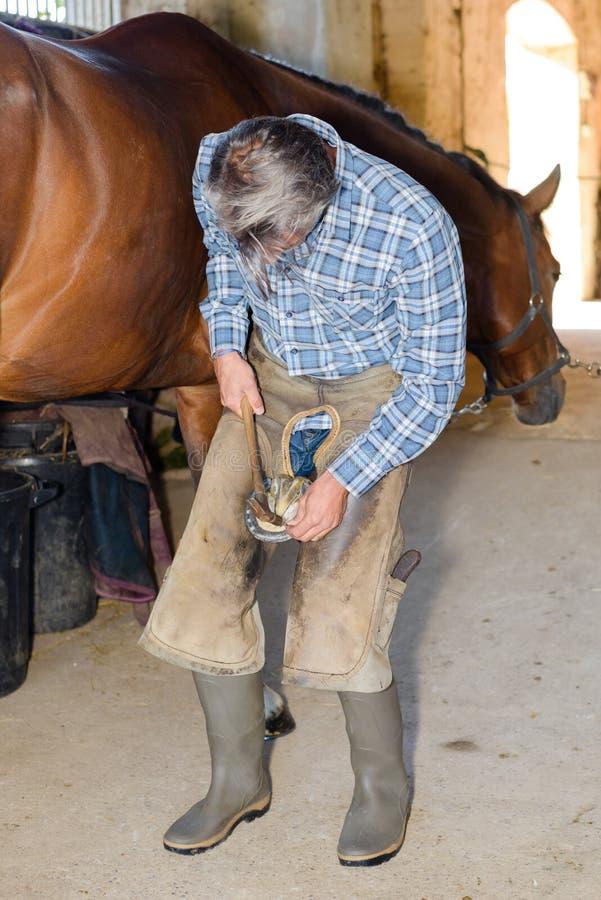 Hufschmied bei der Arbeit über Pferdehuf stockfotos