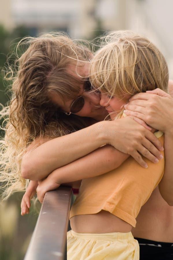 Hug da matriz e da filha foto de stock