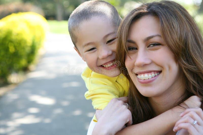 Hug da matriz e do filho (foco no menino) fotos de stock royalty free