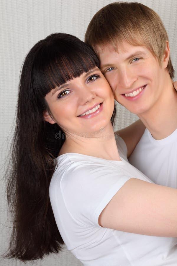 Hug do homem novo e da mulher foto de stock