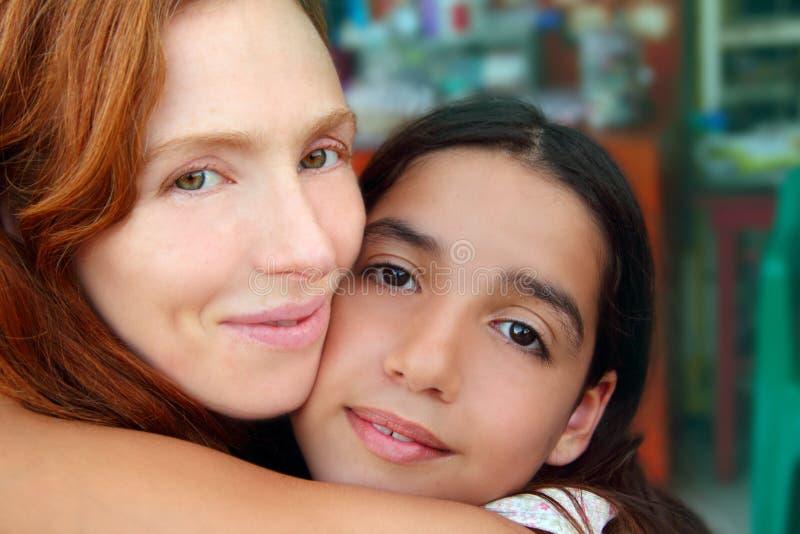 Hug Multiracial da família da matriz e da filha fotografia de stock
