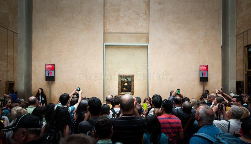 Huged dos visitantes toma a foto de Mona-Lisa no museu do Louvre foto de stock