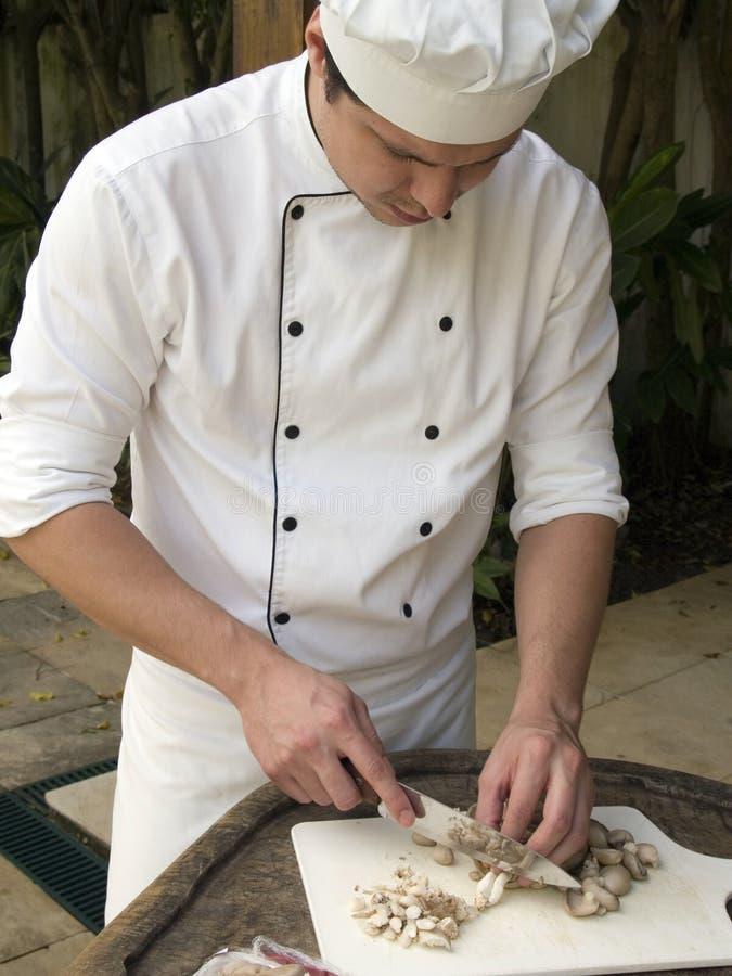 hugga av champinjoner för kock royaltyfri foto