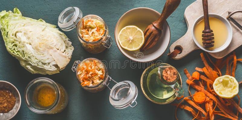 Huggen av kålsallad i krus för sund lunch med ingredienser på köksbordbakgrund, bästa sikt, med kopieringsutrymme royaltyfria bilder