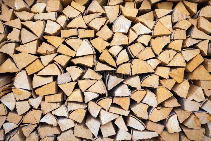 Huggen av och staplad hög av trä royaltyfri foto