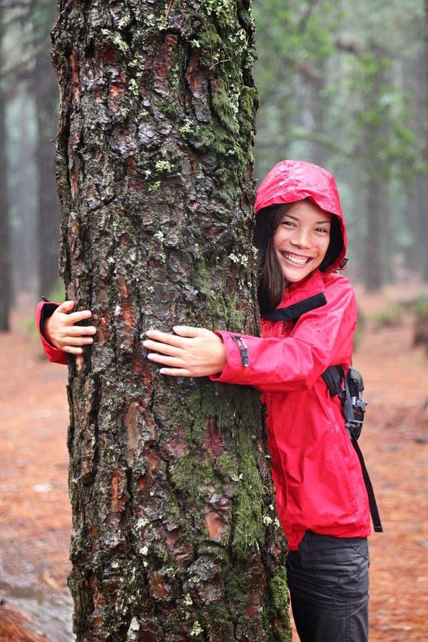Hugger femminile felice dell'albero fotografia stock libera da diritti