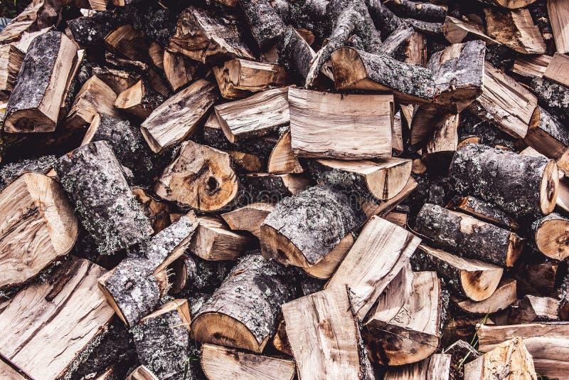 Huggit av brandträ loggar bunthögbakgrund arkivbilder