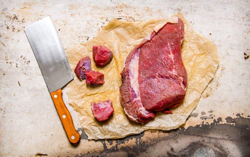 Huggit av rått kött arkivfoton