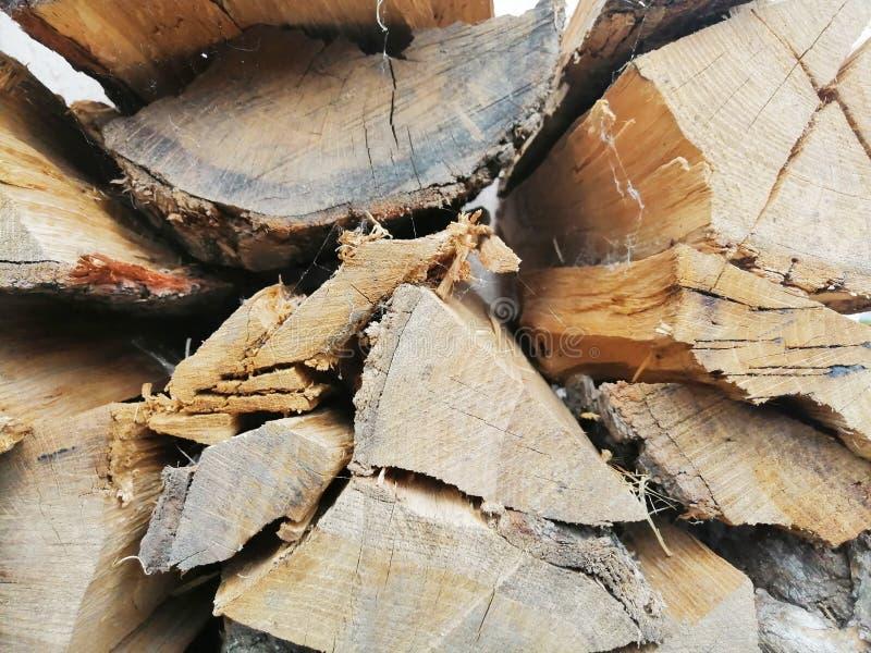 Huggit av trä som tänder en brand Bakgrund royaltyfri foto