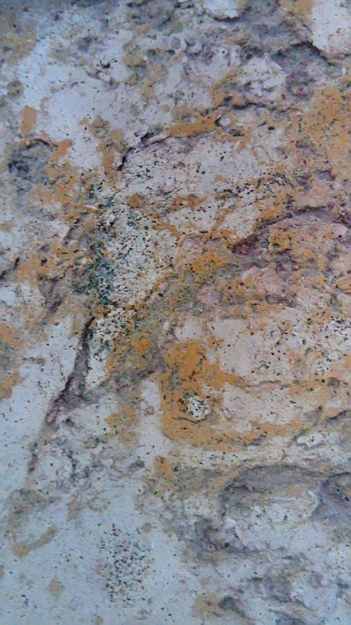 Huggit ut stena yttersida Vit-apelsinen stenar yttersida royaltyfria foton