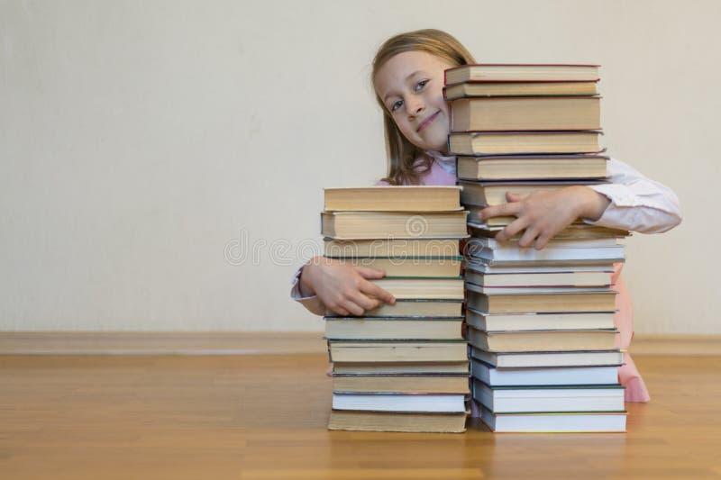 Huging Bücher des Schulmädchens getrennte alte B?cher Zur?ck zu Schule Kopieren Sie Platz lizenzfreie stockbilder