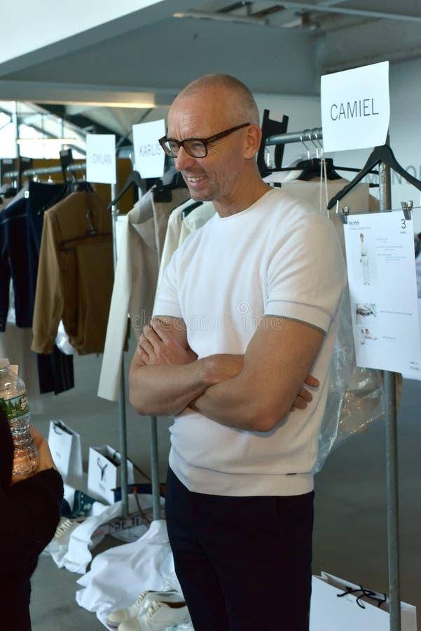 Hugo Boss projektant Ingo Więdnie pozować zakulisowy przy szefem - Hugo Boss pokazuje podczas NYFW mężczyzna wiosny lata 2018 zdjęcia stock