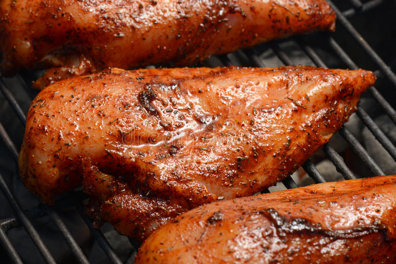 Huhn auf dem Grill lizenzfreie stockbilder