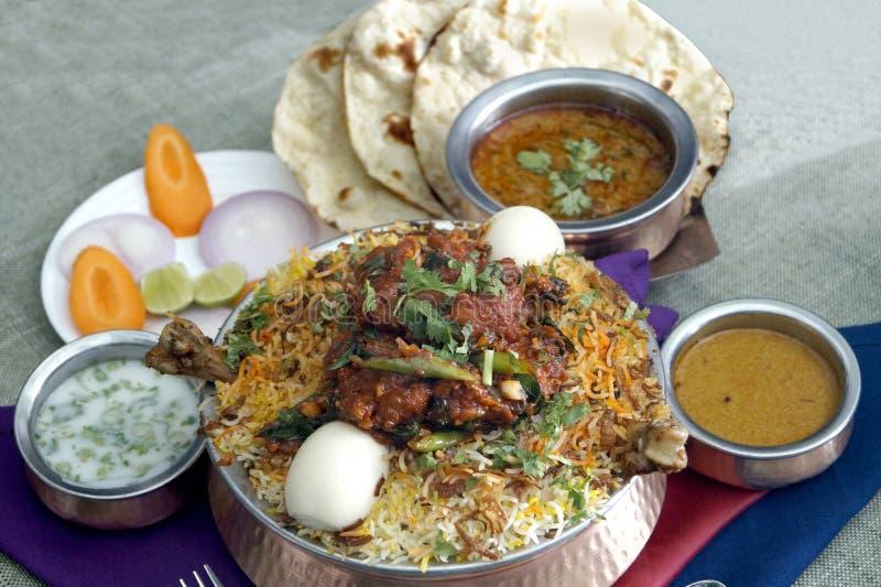 Huhn Biryani, baigan Curry Bagara u. Roti stockfotos