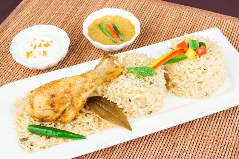 Huhn Biryani mit Salat lizenzfreie stockfotografie