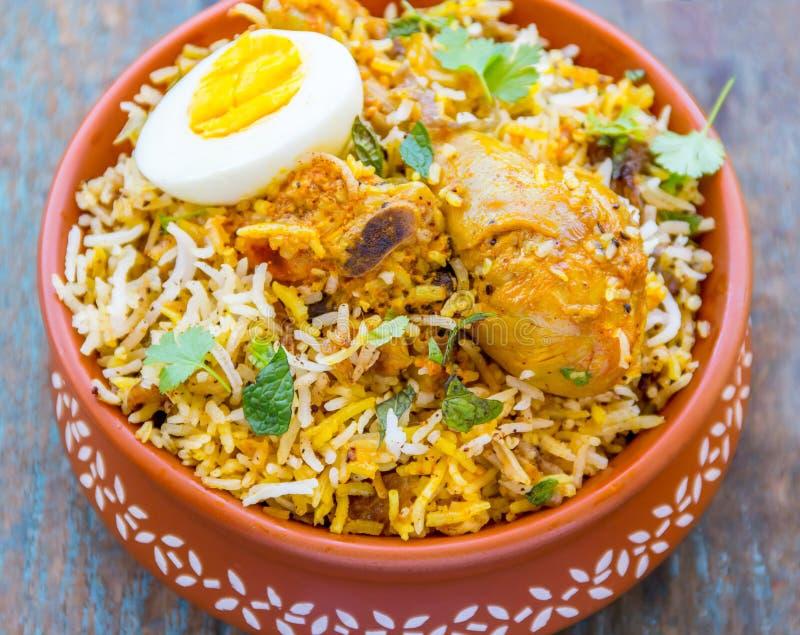 Huhn Biryani - traditioneller indischer Reis Teller mit Huhn lizenzfreie stockfotografie