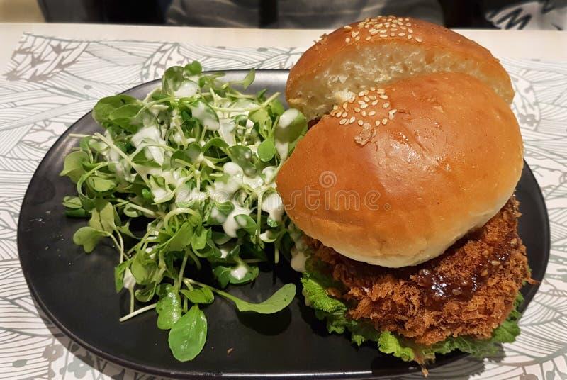 Huhn Burger mit frischem Salat stockfoto