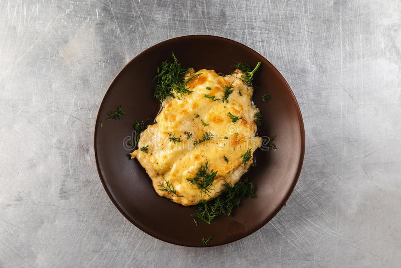 Huhn-filles Ananas, backte im Ofen und überstieg mit geschmolzenem Käse stockfoto