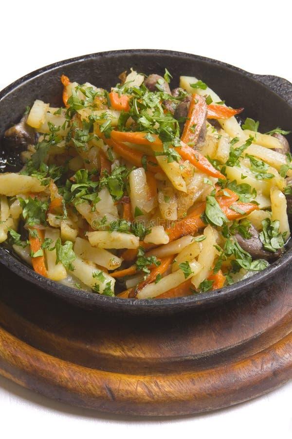 Huhn gebacken mit Kartoffeln und Karotte lizenzfreie stockfotos