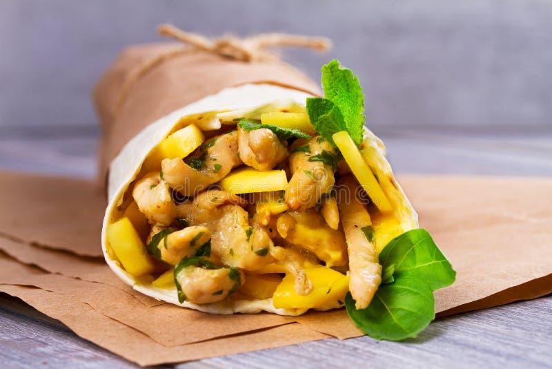 Huhn-, Mango, Käse, Basilikum und Minze Burritos Verpackungen mit Huhn stockbilder