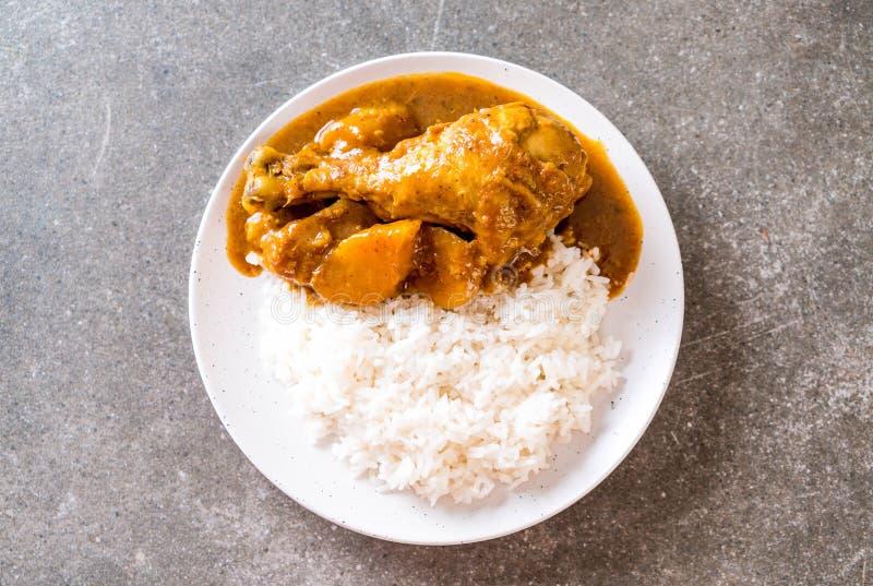 Huhn-Massaman-Curry-Paste mit Reis lizenzfreie stockfotos
