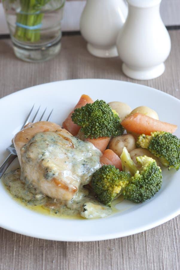 Huhn mit Gemüse lizenzfreie stockbilder