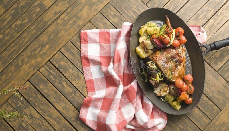 Huhn mit Gemüse auf einer karierten Tischdecke lizenzfreie stockfotos