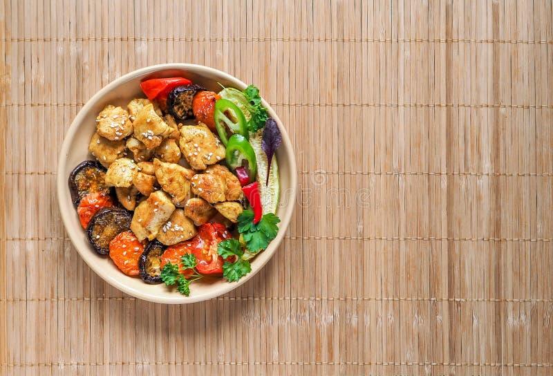 Huhn mit Gemüse und Shiitake auf einer Bambusserviette Chinesische Küche lizenzfreies stockbild