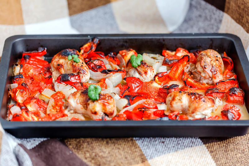 Huhn mit Ofen-gebratener Ratatouille stockfotos