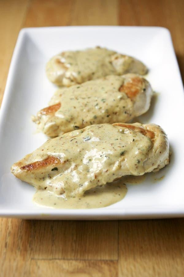 Huhn mit Senf-Sahnesoße lizenzfreies stockfoto