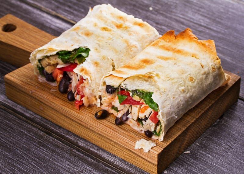 Huhn-, schwarze Bohnen, Spinat und Tomate Burritos stockbild