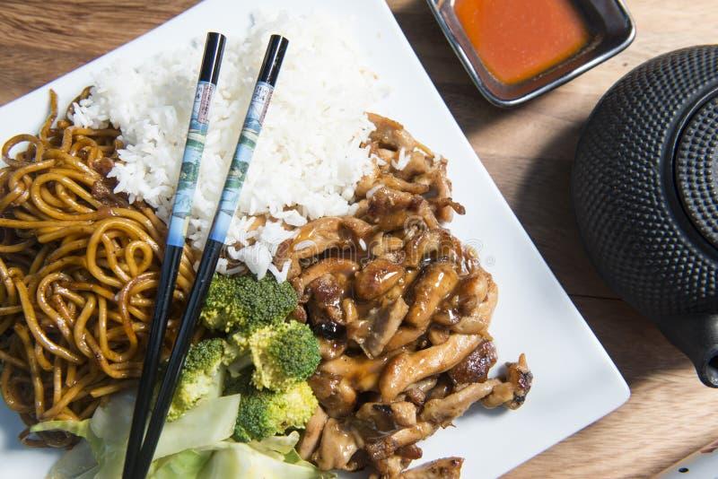 Huhn Teriyaki mit Reis auf einer weißen Platte stockfotografie