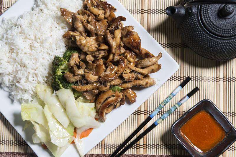 Huhn Teriyaki mit Reis auf einer weißen Platte stockbilder