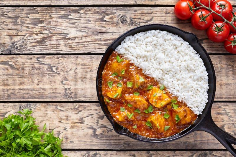 Huhn-tikka masala asiatisches traditionelles würziges Fleischlebensmittel und -reis stockbilder