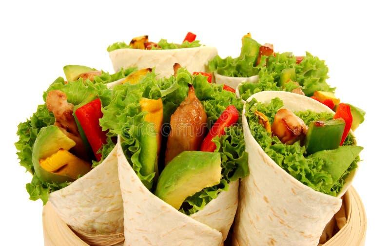 Huhn und Avocado wickeln Sandwiche auf lokalisiertem weißem Hintergrund ein stockfotos