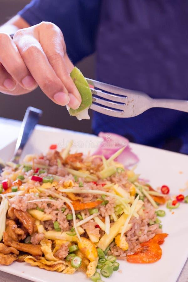 Huhn und Meeresfrüchte Fried Rice auf Teller lizenzfreie stockbilder