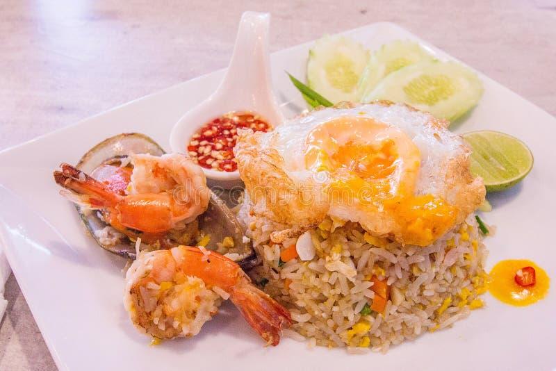 Huhn und Meeresfrüchte Fried Rice auf Teller lizenzfreies stockfoto