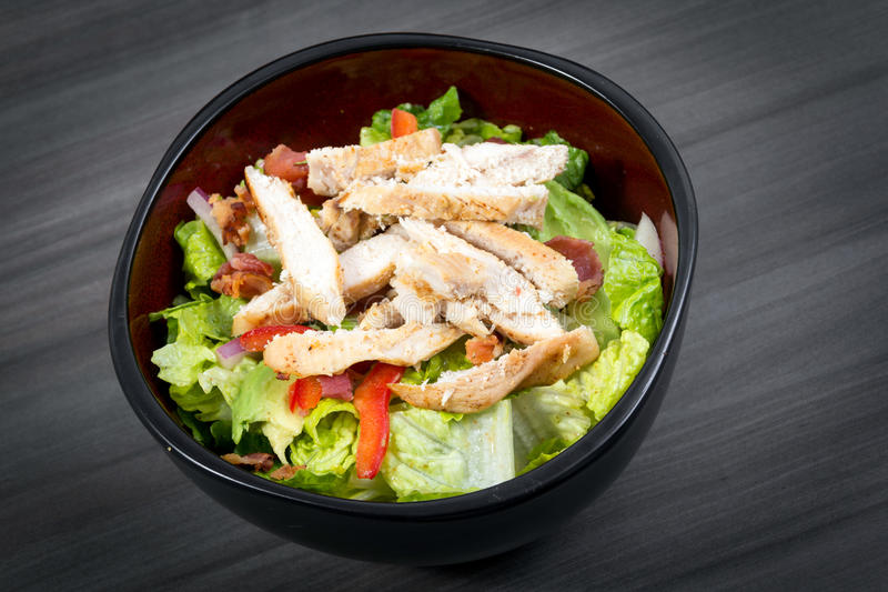 Huhn- und Specksalat lizenzfreie stockbilder