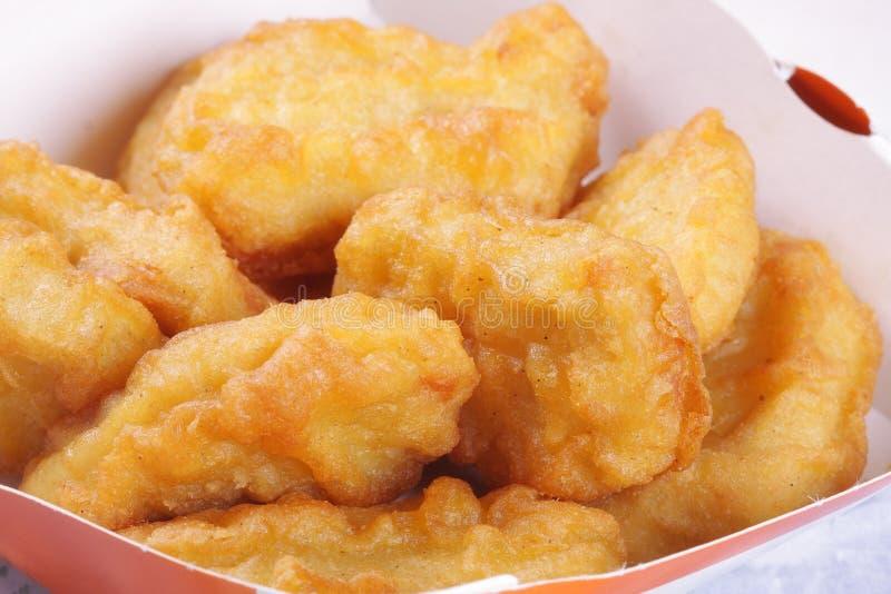 Huhnnuggets in einem Kasten stockfoto
