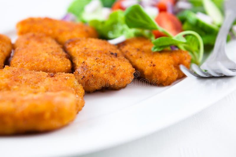 Huhnnuggets mit Salat lizenzfreies stockbild