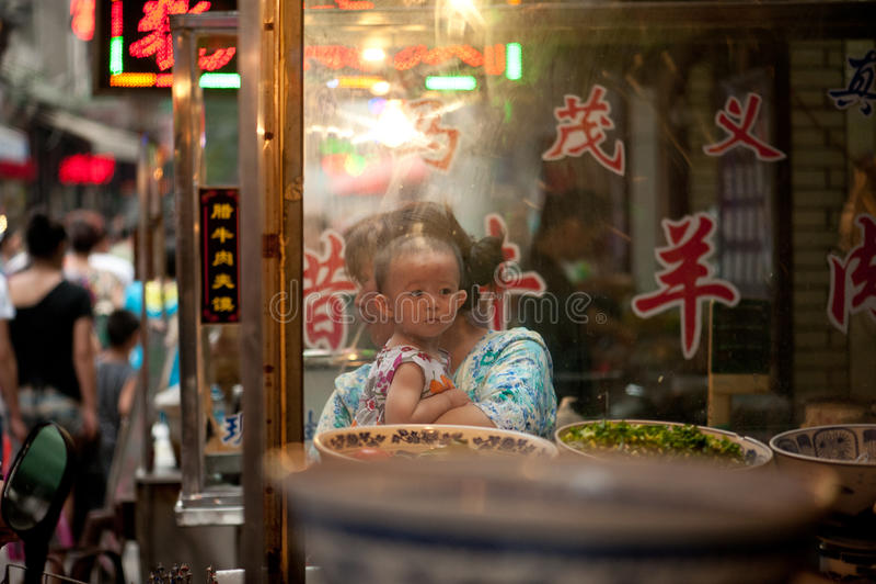 Hui barn på marknaden på den livliga Muslimgatan royaltyfria foton