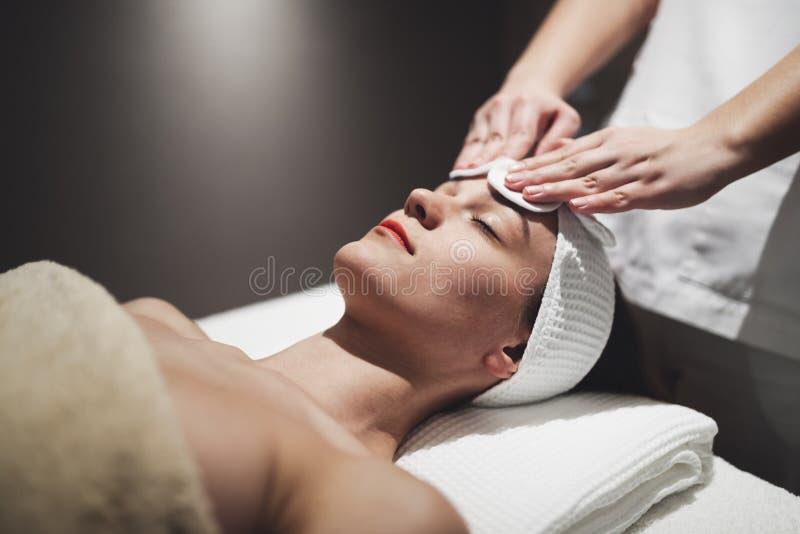 Huid en gezichtsbehandeling bij massage spa toevlucht stock foto's