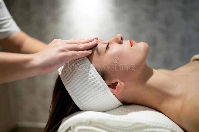 Huid en gezichtsbehandeling bij massage spa toevlucht royalty-vrije stock foto