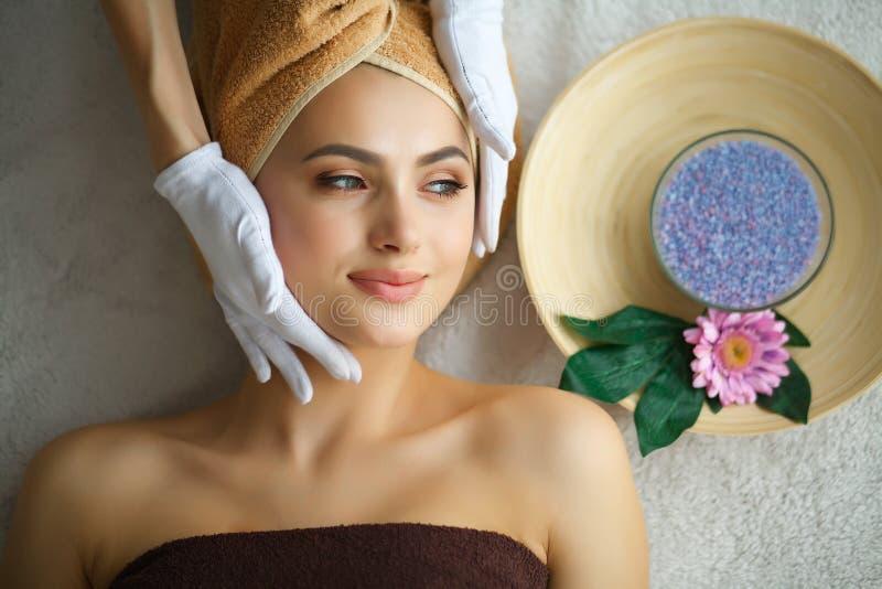 Huid en lichaamsverzorging Close-up van Young Woman Getting Spa Treatm stock afbeeldingen